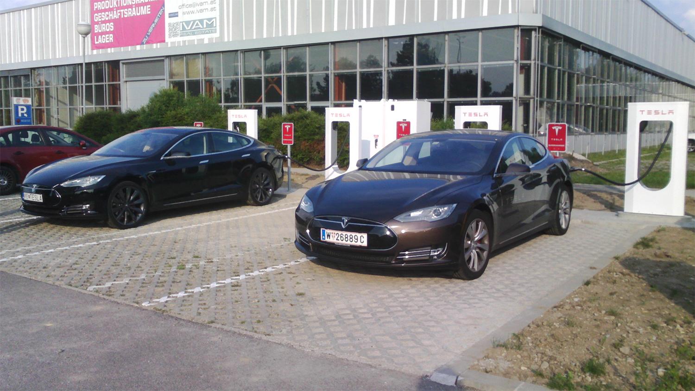 Na obrázku také Tesla se slovenskou poznávací značkou